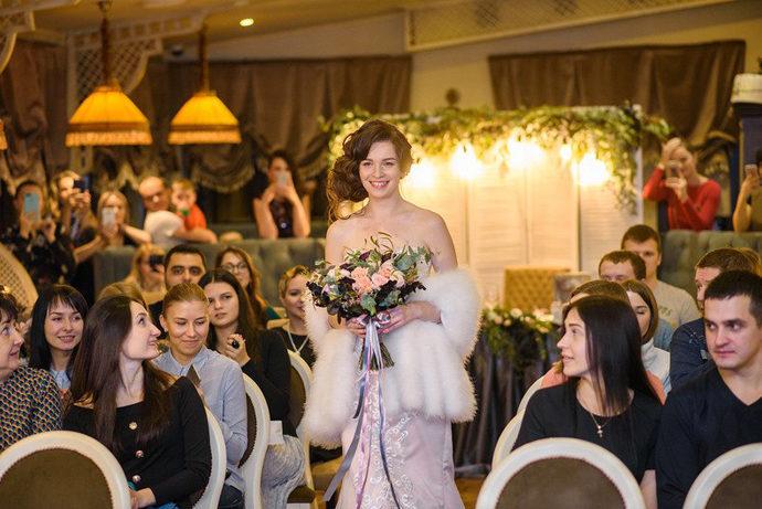Невеста идет к арке